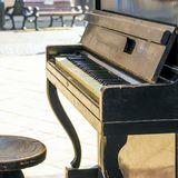 Gerettetes Klavier steht nun mitten auf der Straße und spendet Helfern Hoffnung im Chaos