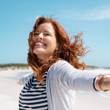 Fröhliche Frau am Strand