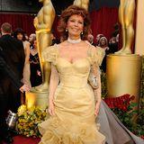 Sophia Loren in einem gold-gelben Kleid.