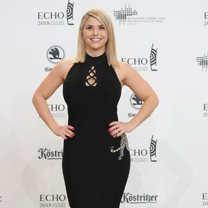 Beatrice Egli in einem schwarzen Kleid.