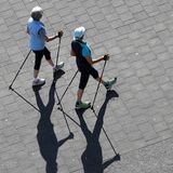Nordic Walking ist auch für Sport-Einsteiger geeignet - zu Beginn läuft man im Wohlfühltempo drei Mal die Woche 8 bis 10 Minuten.
