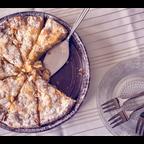 Apfelkuchen mit Puderzucker und Mandeln