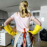 Frau putzt im Haus