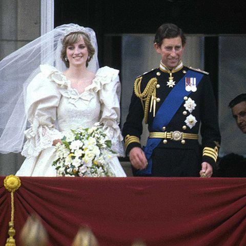 """Bei ihrer Trauung sagt Diana Charles' Vornamen in der falschen Reihenfolge auf, er scherzt: """"Sie hat soeben meinen Vater geheiratet!"""""""