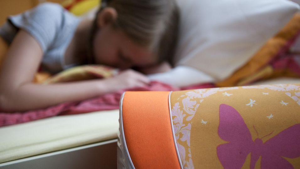 Jeden Morgen früh aufzustehen, ist für viele Schüler eine Qual. Der persönliche Chronotyp - also Lerche oder Eule - ist aber genetisch festgelegt und lässt sich nicht einfach ändern.