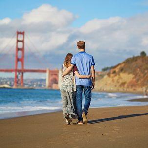 Verliebtes Paar vor der Golden Gate Bridge