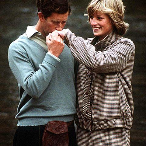 Charles und Diana flittern vor den Fotografen – doch Prinz Charles liebt schon damals angeblich Camilla Parker-Bowles.