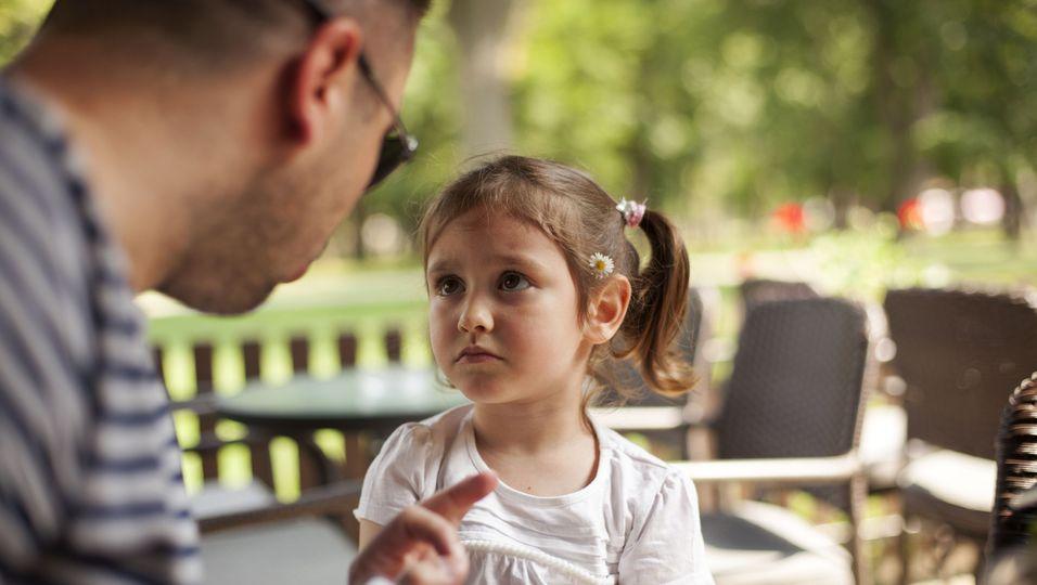 Vater ermahnt seine Tochter