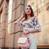Frau mit farbenfroher Handtasche