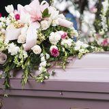 Braut stirbt kurz vor der Hochzeit: Bräutigam liest Ehegelübde bei Beerdigung vor