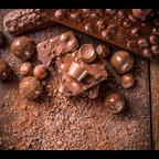 Eine Tafel Nussschokolade und Nüsse liegen auf einem Tisch
