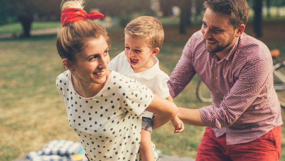 Eltern mit Kind glücklich