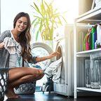 Frau wäscht Kleidung