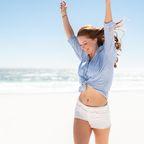 Frau-Strand-glücklich