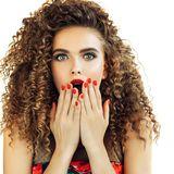 Frau mit Locken und rote Fingernägel