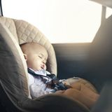 Baby hört im Auto auf zu atmen – und wird von einer zufällig vorbeikommenden Polizistin gerettet
