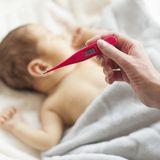 Fiebermessen bei einem Baby