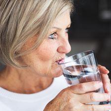 Ältere Frau trinkt Wasser