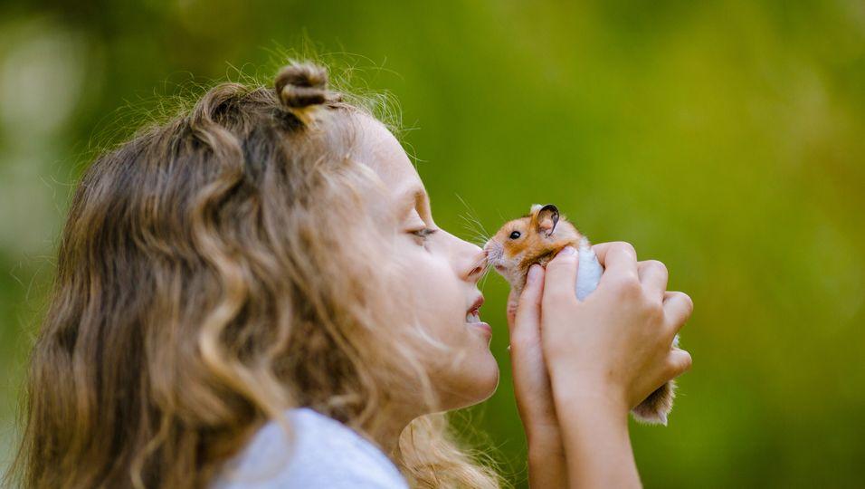 Mädchen mit Hamster