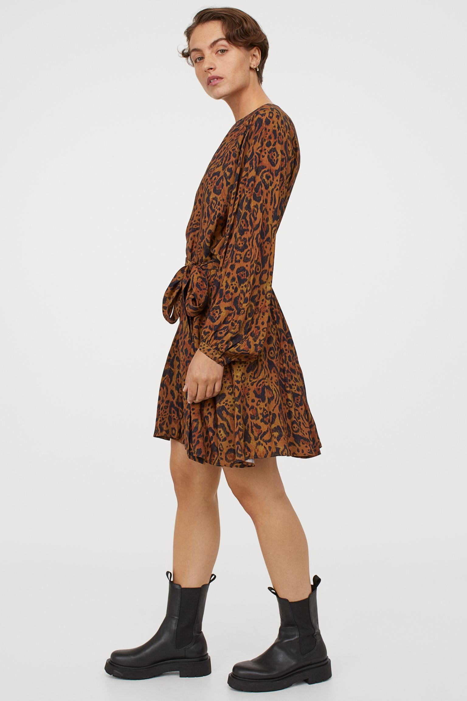 Model mit Kleid Animal-Print