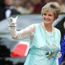 Als Managerin des Familien-Imperiums ändert sich auch ihr Stil. Heute liebt die Fürstin den Look der Königin von England.