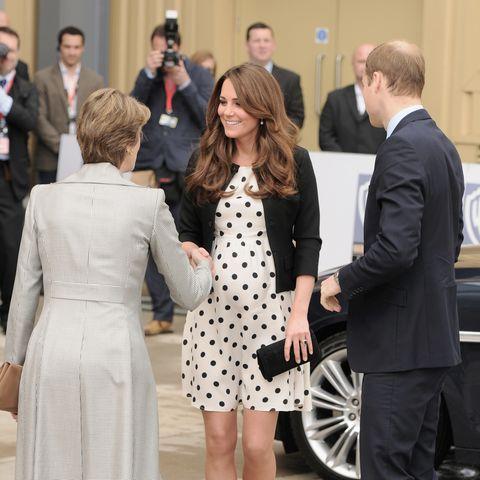 Beim Besuch der Warner-Brother-Studios in Hertfordshire verzückte Kate in einem gepunkteten Minikleid von Topshop.