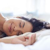 Frau träumen Bett