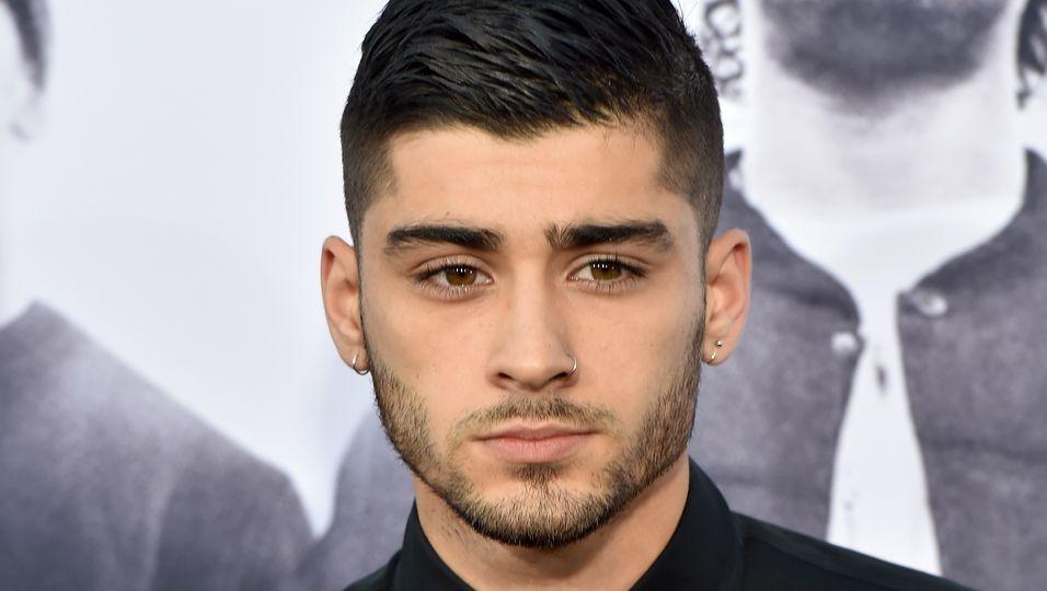 Zayn Malik in einem schwarzen Hemd.