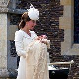 Herzogin Kate mit mit Prinzessin Charlotte an ihrer Taufe