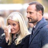 Mette-Marit von Norwegen: Sie weint, Haakon legt den Arm um sie