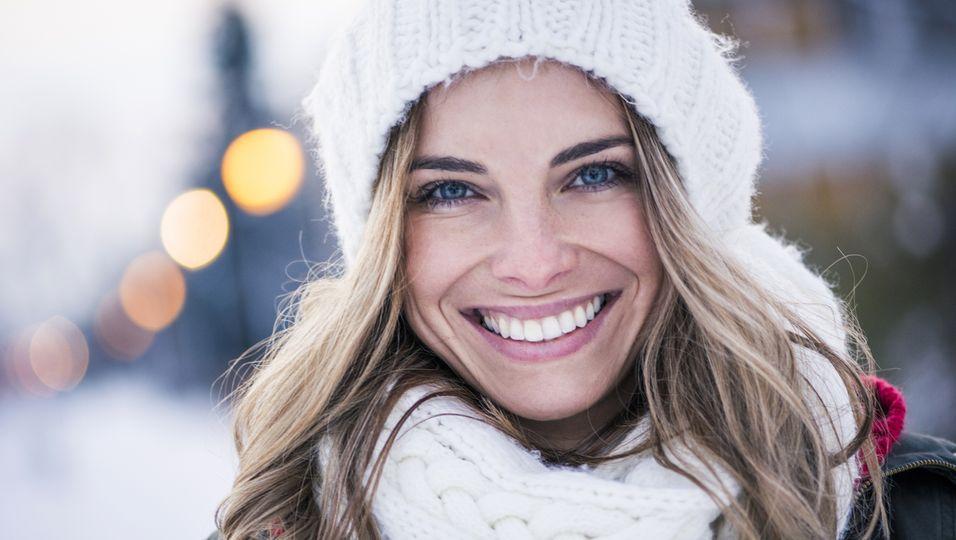 Warum blondes Haar im Winter schneller ausbleicht – und was du dagegen tun kannst