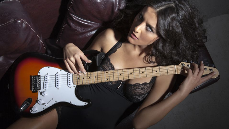 Frau in sexy Dessous mit Gitarre