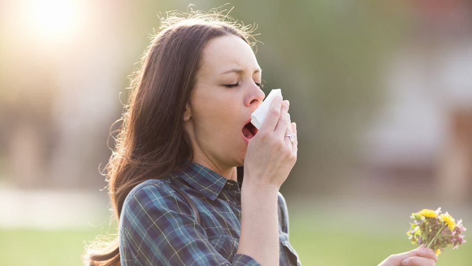Frau niest, Pollen, Allergie, Heuschnupfen