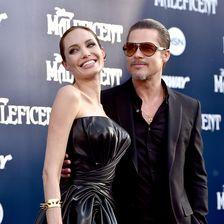 Angelina Jolie und Brad Pitt in schwarzer Robe auf dem roten Teppich