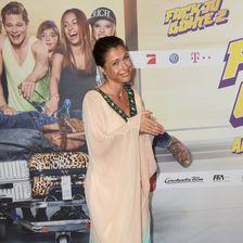 Jana Pallaske kam toll gebräunt und in weiter Robe zur Premiere nach München.