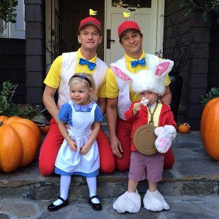 """Sie lieben Halloween: 2013 verkleideten sich Neil Patrick Harris, David Burtka und die Zwillinge in """"Alice im Wunderland""""-Kostümen."""