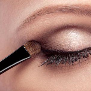 Augenlid schminken