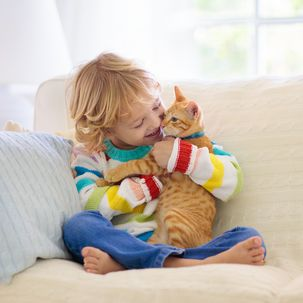 Kind kuschelt mit Katze