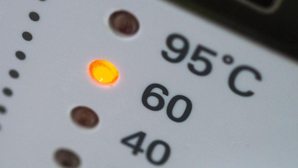Um Gerüchen vorzubeugen, sollte die Waschmaschine einmal im Monat mit 60 Grad Waschtemperatur laufen.