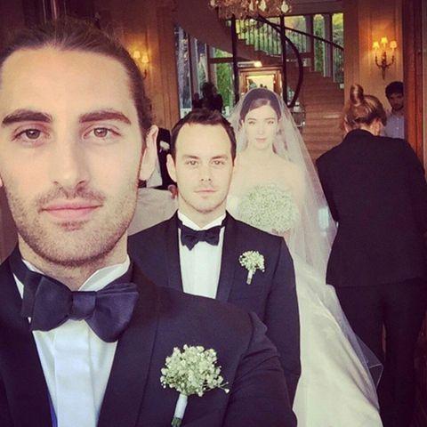 Die Freunde des Bräutigams, Kyle und Daniel, führten die Braut zum Altar.