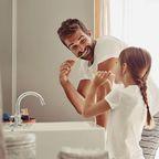 Vater mit Tochter im Badezimmer