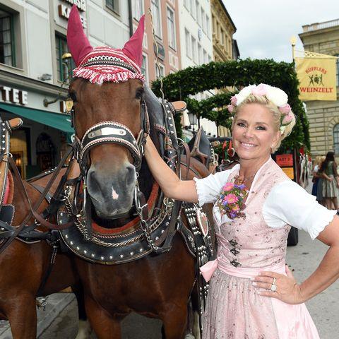Claudia Effenberg überzeugte bei der Eröffnung der Wiesn in einem frühlingshaften Trachten-Look.