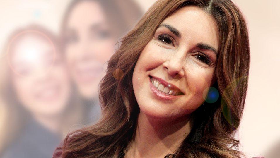 Lange Wallemähne und süßes Lächeln – Sie zeigt ihre hübschen Töchter