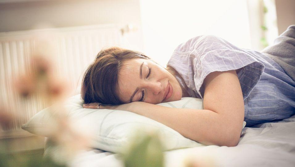 Das sagt die Schlafposition über dein Liebesleben aus