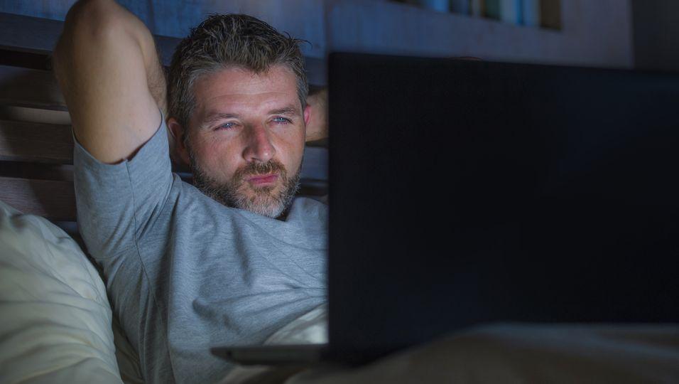 Junger Mann schaut Pornos
