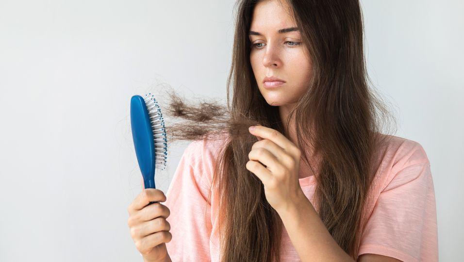 Junge Frau mit Haarausfall