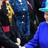 Elizabeth II. zu Besuch in Deutschland in einem royalblauen Mantel und türkisen Hut