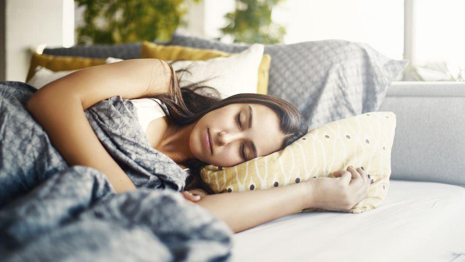 Junge Frau schläft, obwohl es schon hell ist