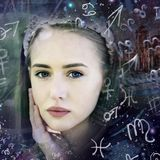 Junge Frau zwischen den Sternzeichen