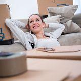Wer in der Ausbildung auswärts wohnt, braucht für die Wohnung häufig keine eigene Hausratsversicherung. Oft ist man noch über die Eltern abgesichert.